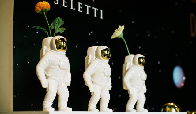 宇宙飛行士をモチーフにしたフラワーベース「STARMAN VASE」。ディーゼルの好奇心と開拓者精神が込められたモチーフを採用している。空間にアクセントをあたえるインテリアオブジェとしても魅力的