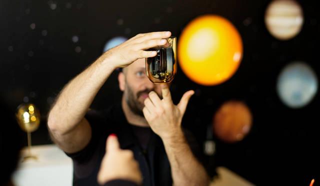 「METEORITE GLASSES」の仕上がりを見るアンドレアさん。宇宙から落下した隕石のようなデザインは、熟練職人の手による手の込んだもので、アンドレアさん自身も完成品に対面するのはこの日が初対面
