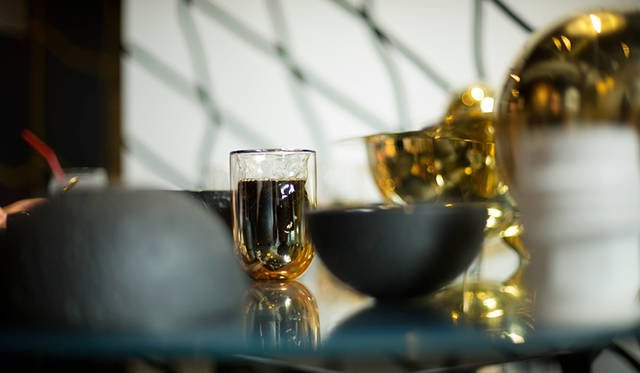 「METEORITE GLASSES」は、ドリンクの温度を保つ二重構造を採用。中に飲みものを入れると、鏡面のような見え方のグラスに変わる