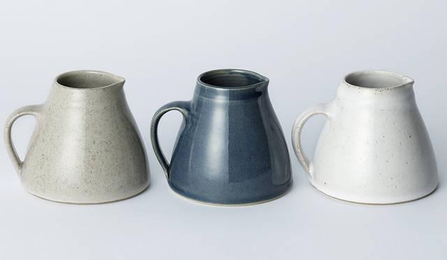 イギリスの陶芸家、ニコラ・タッシーが生み出すジャグ。釉薬の美しさに加え、ろくろによって成型しているため、ひとつひとつ微妙に違うのも楽しい。ジャグ各2万7000円