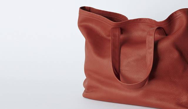 ソフトな素材感のシュリンクカーフレザーを使用したキャリーバッグ。クリスマスカラーのレッドを、デイリーに活躍するプレゼントに。バッグ3万6720円