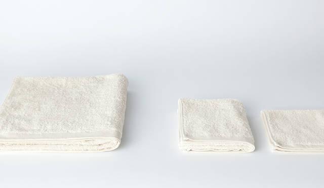 何度洗っても柔らかいと好評の、オリジナルのオーガニックコットンタオルは、日本国内のタオル工場にて仕上げまでこだわった逸品。左から、バスタオル7020円、フェイスタオル2700円、ハンドタオル1620円