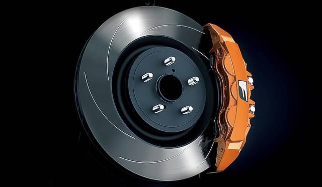GS F専用のオレンジブレーキキャリパー
