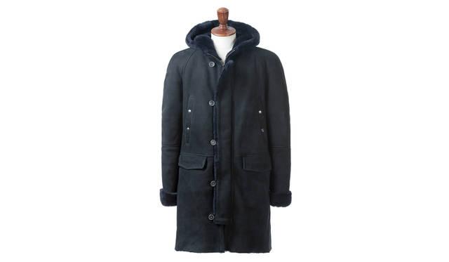 ラグジュアリー感溢れるフルムートンのコートは、N-3Bをモチーフにしたタフなデザインが魅力。ミリタリー感がありながらも洗練された雰囲気が漂うのはジャケットリクワイヤードのテーマカラーでもあるネイビーによるところが大きい。<br><br> コート29万1600円/エンメティ(ジャケットリクワイヤード 表参道店)
