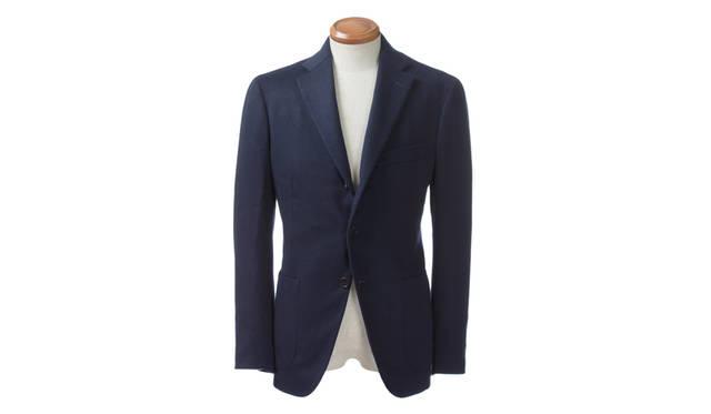 ほのかな光沢を湛えたカシミア100%のジャケットは、既製服としては最高峰とも称されるベルヴェストのもの。マシンメイドながらハンドの工程を多く取り入れてあるため、しなやかかつ、軽やかな着心地を楽しめる。生地は畝の入ったツイルとなっており、素材感があるため着こなしが単調にならないのもメリットだ。<br><br> ジャケット33万3720円/ベルヴェスト(ジャケットリクワイヤード 表参道店)