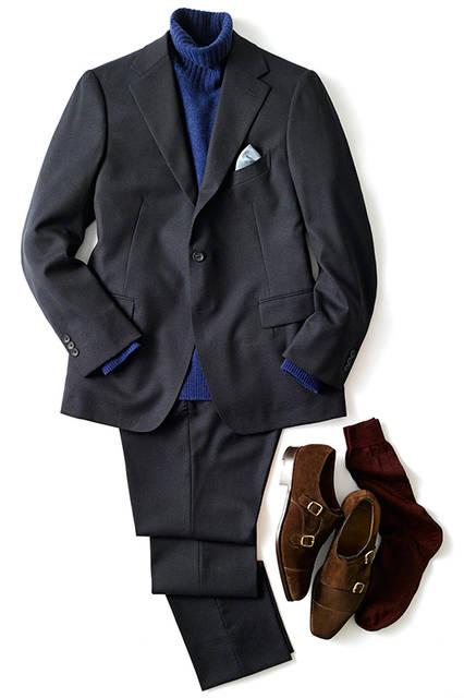 タートルネックをさらりと合わせ、ネイビーのトーンでまとめたジャケットスタイルは、シンプルながらも秋冬らしい素材感でまとめている。「起毛感のあるダブルモンクはオンオフ使えるアイテム。ボルドーのソックスをちら見せして遊びココロを加えています」  <br><br>  スーツ9万5000円、タートルネックニット1万6000円(ともにエディフィス) シューズ15万円(エドワード グリーン) ソックス3200円(ブレッシアーニ)