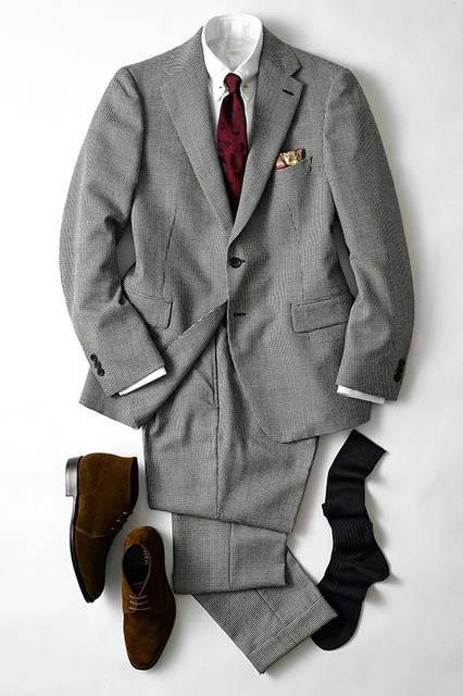 """「白と黒の千鳥格子なだけに、インも白いニットで統一感を。ただワントーンは寂しげに見えがちなので、BEGG&CO.,の上質なストールを差し色に使いました」足元はローファーで抜け感を。シックな着こなしは""""がんばってる感""""を出さない着こなしがセオリー。 <br><br> スーツ9万円(エディフィス) ニット3万4000円(ジョン スメドレー) シューズ7万4000円(コーランクール) マフラー1万6000円(ベグ&コー) グローブ2万8000円(デンツ) ソックス1000円(ハリソン)"""