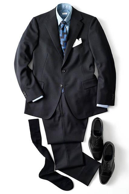 「生地に主張のあるスーツなので、完全なビジネススタイルにははまらないかなと思ったので、ネクタイで力強さを出したいなと思いました。仕事でも通用する清潔感を出しつつ、気持ちカジュアルにまとめています」。スーツにあえてのB.D.シャツも粋なチョイス。 <br><br> スーツ9万5000円、シャツ1万3000円、タイ9000円、チーフ3000円(すべてエディフィス) シューズ14万6000円(エドワード グリーン) ソックス1200円(ハリソン)