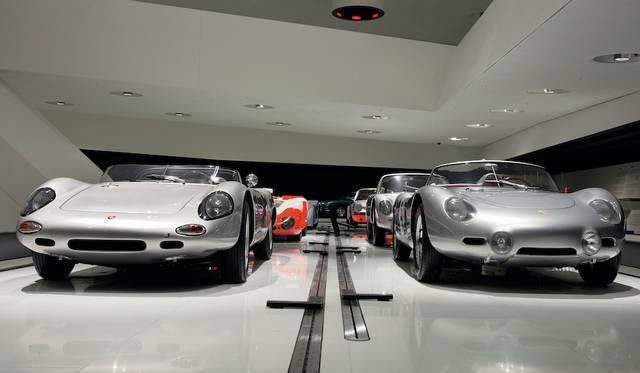 左はポルシェ 718 W-RS スパイダー(1962) 、右がポルシェ 718 RS 60 スパイダー(1960)