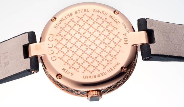 ディアマンテパターンはダイヤル、サイド、ケースバックにも施されている。とくにケースサイドは立体的に表現することで、上質さを演出している<br /><br />  <strong>ディアマンティッシマ ウォッチ</strong><br /> ケース|ピンクゴールドPVD & ブラックPVD<br /> 直径|32mm(27mmモデルもあり)<br /> ムーブメント|クォーツ<br /> 防水|5気圧<br /> ストラップ|レザー<br /> 価格|11万8800円