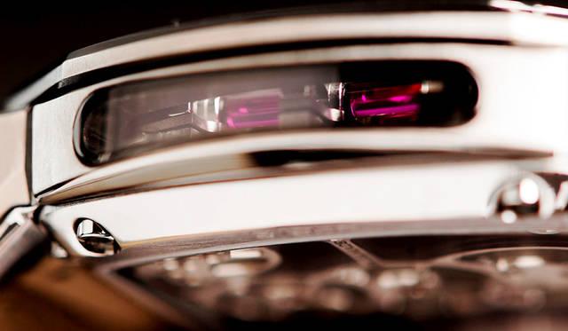 9時方向側面もシースルー化し、ケース内に光を取り入れる独創的なアイデアを採用。内部の複雑なムーブメント構造を視覚的に楽しめる<br /><br />   <strong>Reflect Tourbillon|リフレクト・トゥールビヨン</strong><br />ケース|チタン<br /> サイズ|縦48×横52×厚さ12.5㎜<br /> ムーブメント|自社製手巻き(Cal.DC261)<br /> 振動数|2万1600/時<br /> 石数|27石<br /> パワーリザーブ|約95時間<br /> ストラップ|クロコダイル<br /> 防水|5気圧<br /> 限定数|9本<br />価格|3024万円(予価)<br />