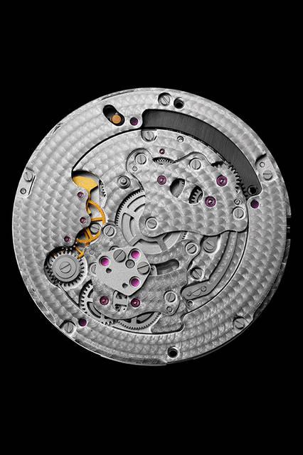 <strong>パンテール エ コリブリ ウォッチ</strong><br /> ケース|ロジウム加工18Kホワイトゴールド、314個のブリリアントカットダイヤモンドをセット<br /> 直径|42.75mm<br /> 厚さ|11.4mm<br /> ムーブメント|手巻き(Cal.9915MC)<br /> 機能|パワーリザーブ表示(3時位置のリューズを押すと、子豹が現れ、蜂鳥がゼンマイの残量に応じて12時方向へ移動)<br /> ストラップ|アリゲーター<br /> 防水|日常生活<br /> 発売|2016年4月予定<br /> 価格|未定<br /><br />  Vincent Wulveryck © Cartier