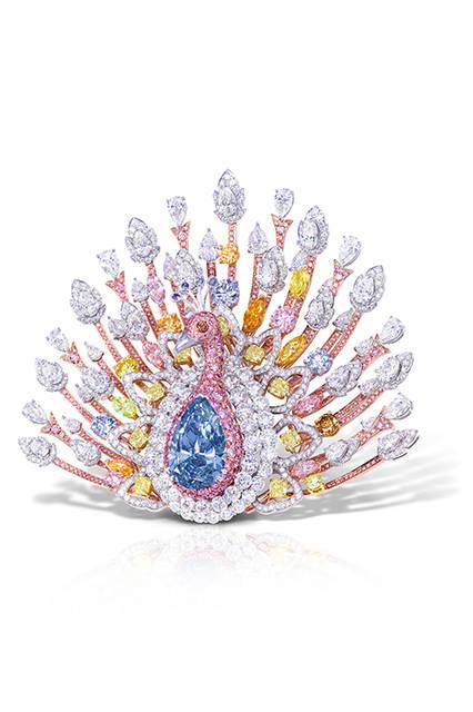 ペアシェイプダイモンドを中心に、様々なカラーダイヤモンドを用いて仕上げた華やかなブローチ<br /><br />  <strong>ザ・ピーコック・ブローチ</strong><br /><br /> 素材 ファンシーディープブルー(20.02ct)