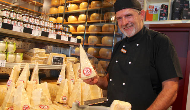 イタリア北東部エミリア=ロマーニャ州を代表するチーズ「パルミジャーノ・レッジャーノ」は、最低1年、長いものは3年以上熟成される