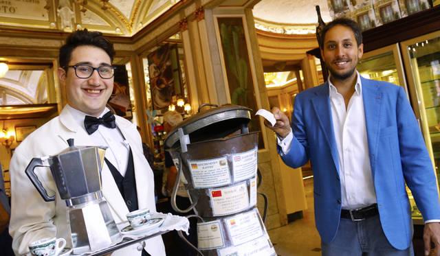 ナポリの老舗カフェ『グラン・カフェ・ガンブリヌス』。経済的余裕のある客が、自分の分に加えてもう1杯支払う風習「カフェ・ソスペーゾ」ゆかりの店でもある