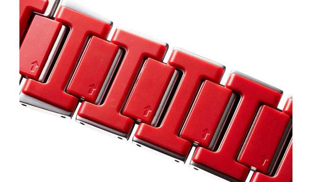 """<strong>重厚感と装着感を両立させたレイヤーコンポジットバンド</strong><br />「MTG-B1000」のもうひとつのポイントが、ベルトの隙間からチラリと見える""""ビビッドカラー""""だ。これはメタルパーツの裏にファインレジンパーツを組み合わせたもの。ファインレジンパーツは熱伝導率が低く、軽量かつ高強度の特性があり、裏面に装備したことにより重厚感と装着感を両立させたのだ。また、この素材は温度の影響を受けづらく、寒い冬でも着けた際にヒヤッとしないのが嬉しい。"""
