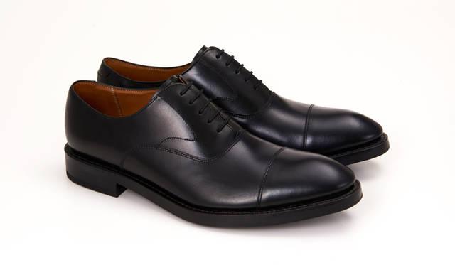 01RR BG ブラック<br>29,160円(税込)<br> ストレートチップのブラック。正統派なフォルムを上質なスムースレザーが包む。見た目の重厚な印象よりも重さを感じさせず、フットワーク軽く履けるのが魅力。今季イチオシの「仕事靴」だ。