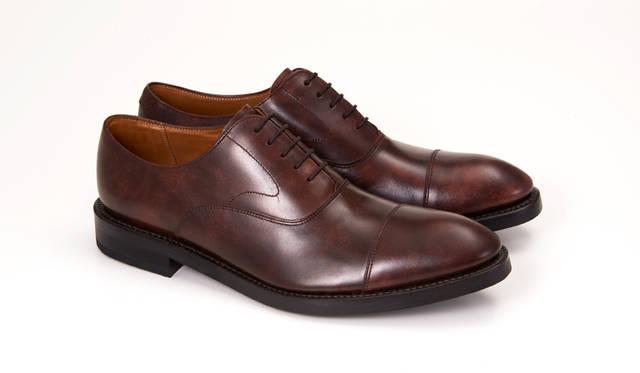 01RR BG ダークブラウン<br>29,160円(税込)<br>ストレートチップのブラウン。ムラ感のある革が靴にアジを生んだ。みずみずしい質感の革は、磨き方や光の屈折で表情を変える。スーツスタイルにアクセントを取り入れたいと考えている方に特におすすめ。