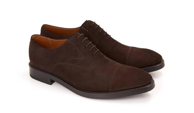 01RR BG ダークブラウンスウェード 29,160円(税込)<br>01RR BLW ダークブラウンスウェード(雪道対応ソール)※  <br>31,320円(税込)<br><br> これからのシーズン1足はもっておきたいブラウンのスウェード。有名高級靴メーカーでも選ばれるこのスウェードは、美しい起毛が伝統的でオーセンティックな雰囲気と秋冬のあたたかさを醸し出している。雪道対応ソールモデルと合わせて2モデルで展開中。 <br><br>※雪道対応ソールモデルは、リーガルコーポレーションのOnline Shop「SHOES STREET」でご覧頂けます。