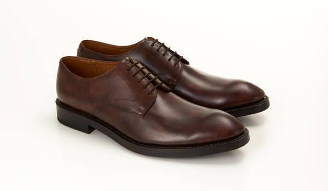 04RR BG ダークブラウン<br> 29,160円(税込)<br> 01RRと同じ木型を使ったプレーントゥタイプ。スタンダードだからこそ革の上質な質感が際立つ。ブラックと2色展開で、どちらも重厚な印象がストレートに伝わる一足。
