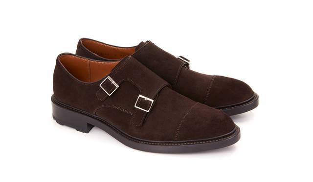 W97B BH ダークブラウンスウェード<br> 30,240円(税込)<br> 無骨でボリューム感のあるソールを使ったダブルモンクストラップタイプ。男性的なフォルムに上質なスウェードが合わさることで、大人の男特有の力強さと色気が備わった革靴になっている。