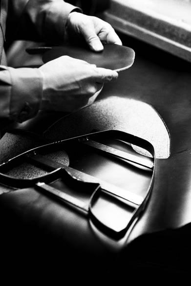 ほぼ全ての工程で靴職人によって丁寧に作られるリーガルの革靴