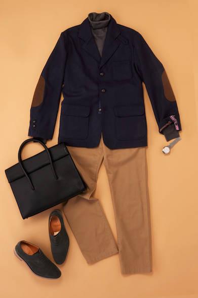 【コンサバ】 英国を感じさせるウールのフィールドジャケットはざっくり着る。大人の落ち着いた印象にするためにインナーには、チャコールグレーのタートルネックを選んでいる。足元には、スウェードのブラックをもってくることで秋冬感を出しながら落ちついた色調で引き締めている。<br><br>コンサバスタイル/スウェードブラック<br>ジャケット2万7500円(キャシディ ホーム グロウン)、パンツ1万3800円(キャシディ81/ともにキャシディ 03-3406-3070)、タートルネックニット1万9000円(ビームスF)、ブリーフケース4万3000円(トフ&ロードストーン/ともにビームス ハウス 丸の内 03-5220-8686)、時計2万4000円(ウィリアムエル1985/エイチエムエスウォッチストア 表参道 03-6438-9321)