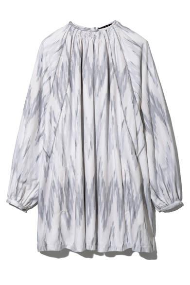 淡いカラートーンが美しい、イカット柄のジャカードスモックドレス。そのまま一枚で着ても、ニットを羽織ったりボトムスと合わせてレイヤードしたりと表情を変えた着こなしを楽しめる一着。ドレス6万3000円(ディーゼル ブラック ゴールド)