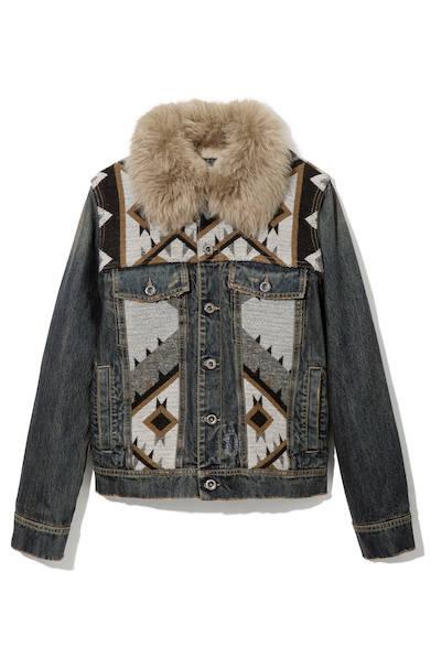ファーの襟がアクセントになったナバホ柄のデニムジャケット。これ一枚で主役級のアイテムなので、シンプルなインナーやボトムスに華やかさをプラスしてくれる。デニムジャケット8万9000円(ディーゼル ブラック ゴールド)