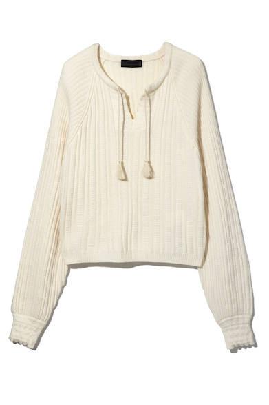 タッセルがついたニットは、柔らかに編み上げたストレスフリーな着心地が魅力の一枚。すっきりと開いたVネックが女性らしい抜け感を演出し、インナーとのレイヤードも楽しめそう。ニット5万3000円(ディーゼル ブラック ゴールド)
