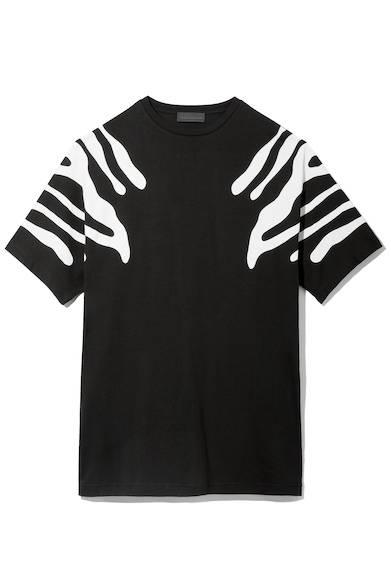 エスニックなボディペイントを連想したグラフィックがショルダー部分に大胆に施されたプリントTシャツ。ゆったりとしたリラックスシルエットが今シーズンらしいコーディネートに一役買ってくれる。Tシャツ1万4800円(ディーゼル ブラック ゴールド)