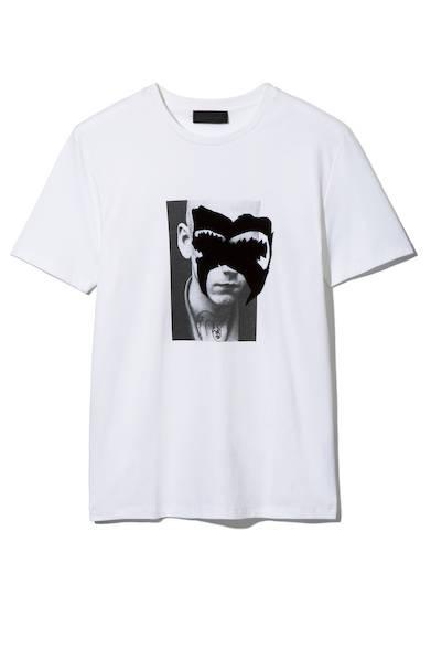 上質なコットンを採用したTシャツ。フロント部分にはアーティスティックなグラフィックをあしらい、民族文化から着想を得たマスク(仮面)を表現した、今季を象徴する一枚に。Tシャツ1万9800円(ディーゼル ブラック ゴールド)