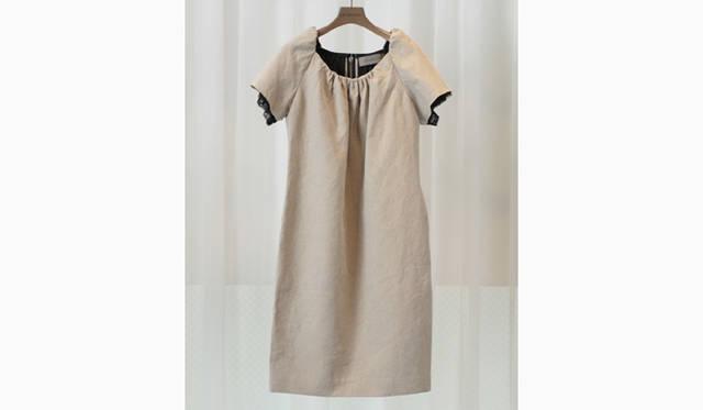 2008年春夏シーズンのテーマは、リネンとシルク。このワンピースの素材は「The SECRETCLOSET」オリジナルのリネン。洗いにかけて、きれいすぎない素材感が特徴。袖口はチュールとレースの重ねづけ