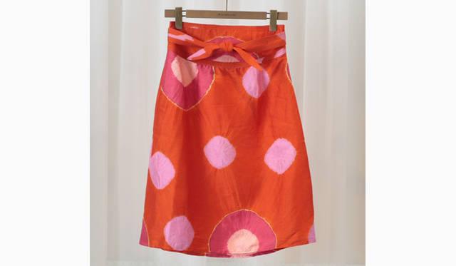 ジュエリーブランド『マリー エレーヌ ドゥ タイヤック』さんがオーナーのインド ジャイプールのブティックのオリジナルラインとしてスタートしたIDLIのシルクタイダイのスカート。大人のサーマホリディのための一枚。