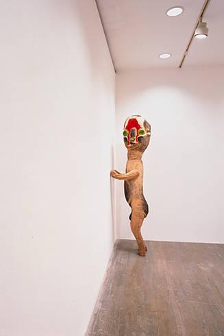 「無題」木、アクリル絵具、木炭 205 x 56 x 52 cm 2004 年 高橋龍太郎コレクション蔵 Photo: Tsuyoshi Saito ©2004 Izumi Kato。ハラ ミュージアム アークに展示予定