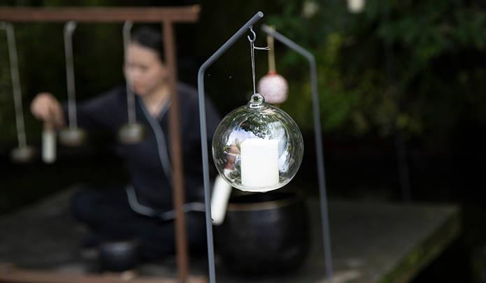 宿泊客を出迎える「水の庭」の鐘演奏。