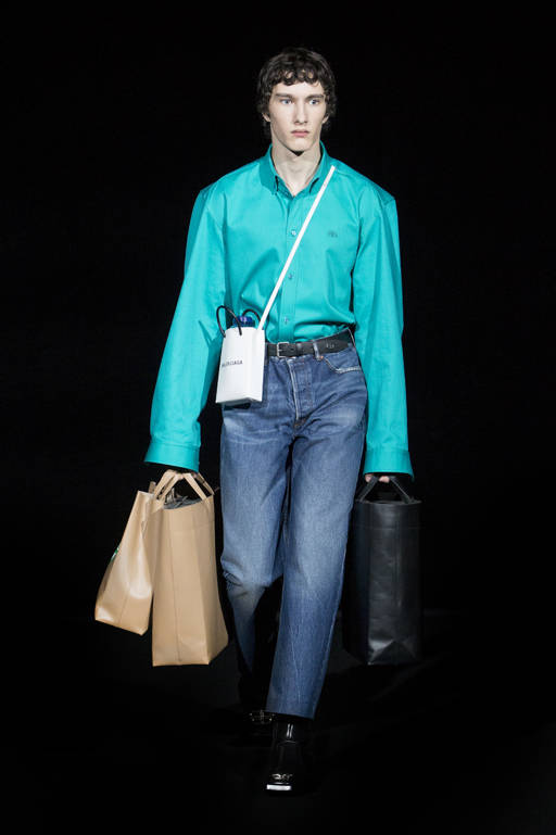 バレンシアガの2019-20年秋冬コレクションでは、メンズとウィメンズともにショルダーストラップのクロスボディスタイルで登場