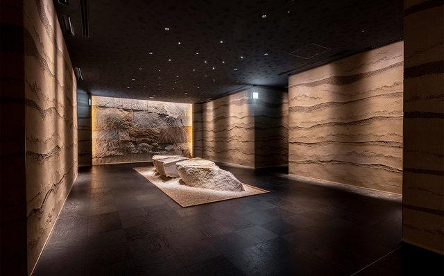 星のや東京 ダイニングのエントランス中央の巨大な岩
