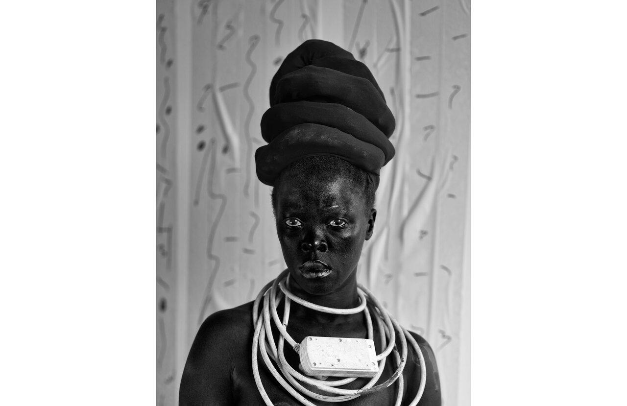 Zanele Muholi, Thembekile, Parktown, 2015  Serie Somnyama Ngonyama  Ti rage gelatino argentique, 80 x 62 cm  Silver gelatin print   © Zanele Muholi