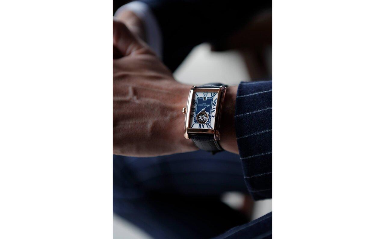 レクタンギュラーフォルムのスーツスタイルへの馴染み方は、ほら、段違い。もともと身分の高い人が腕時計を身につけた時代の形であることが、印象をエレガントに振れさせるのでしょう。ツートーン文字盤ならば、さらにクラシカルな印象が強調されると思うのですが、皆さんはどう感じますか?