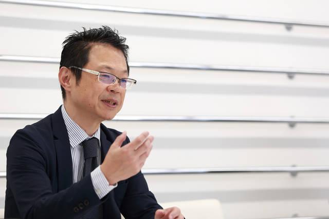 デサント R&Dセンター機能開発部部長 坪内敬治氏。1964年生まれ、大阪府出身。1992年デサントに入社。以後、様々な部門を渡り歩き、現職。