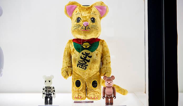 メディコム・トイ 東京スカイツリータウン・ソラマチ店の名物、BE@RBRICK 招き猫 400%に待望の着ぐるみバージョンが初登場(発売時期未定)。