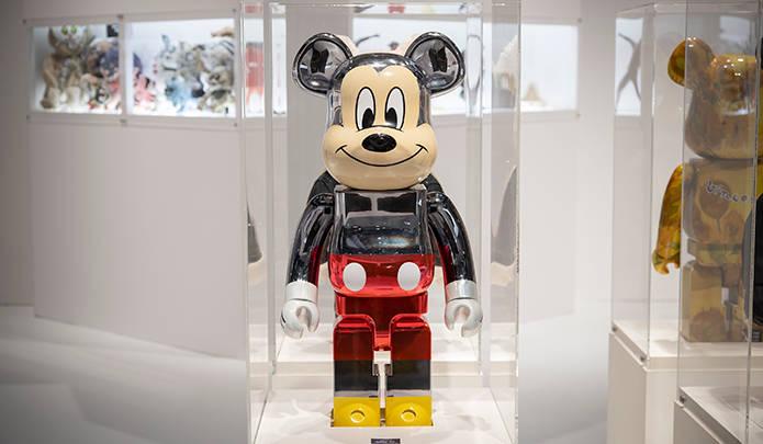 fragmentdesignが手掛けたミッキーマウスのBE@RBRICKは、配色バランスが絶妙なメタリック仕様(発売時期未定)。© Disney