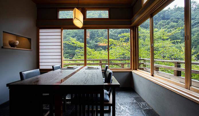 メインダイニングの一室。窓を開けると、奥嵐山の大自然のパノラマ。