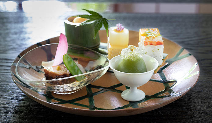 八寸 涼月の肴核(魚素麺、蛸柔煮、石川芋白煮、青梅蜜煮、押し寿司、鱧子豆腐)。