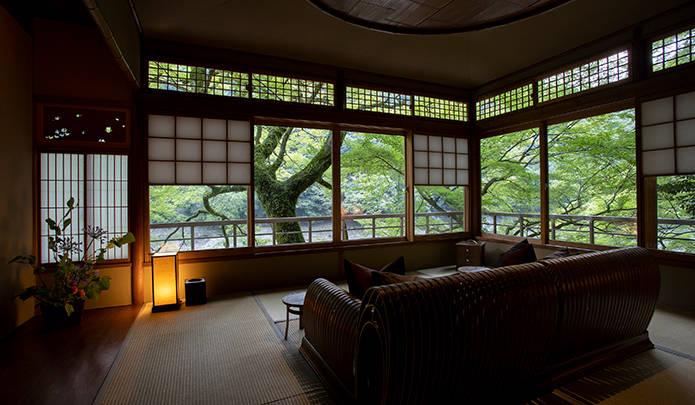 月橋の部屋のリビングスペース。朝食は、それぞれの部屋のこうしたスペースでいただく。