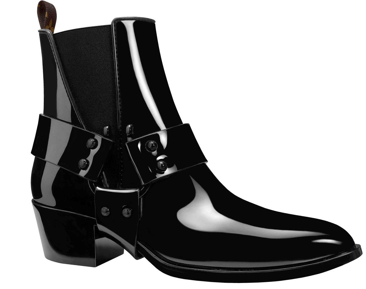 「ラプソディー アンクルブーツ」は、艶やかなラバーが上品な一足。ハーネスのリング部分がホースシューモチーフになっているのが見逃せない。カラーはブラックのみ。