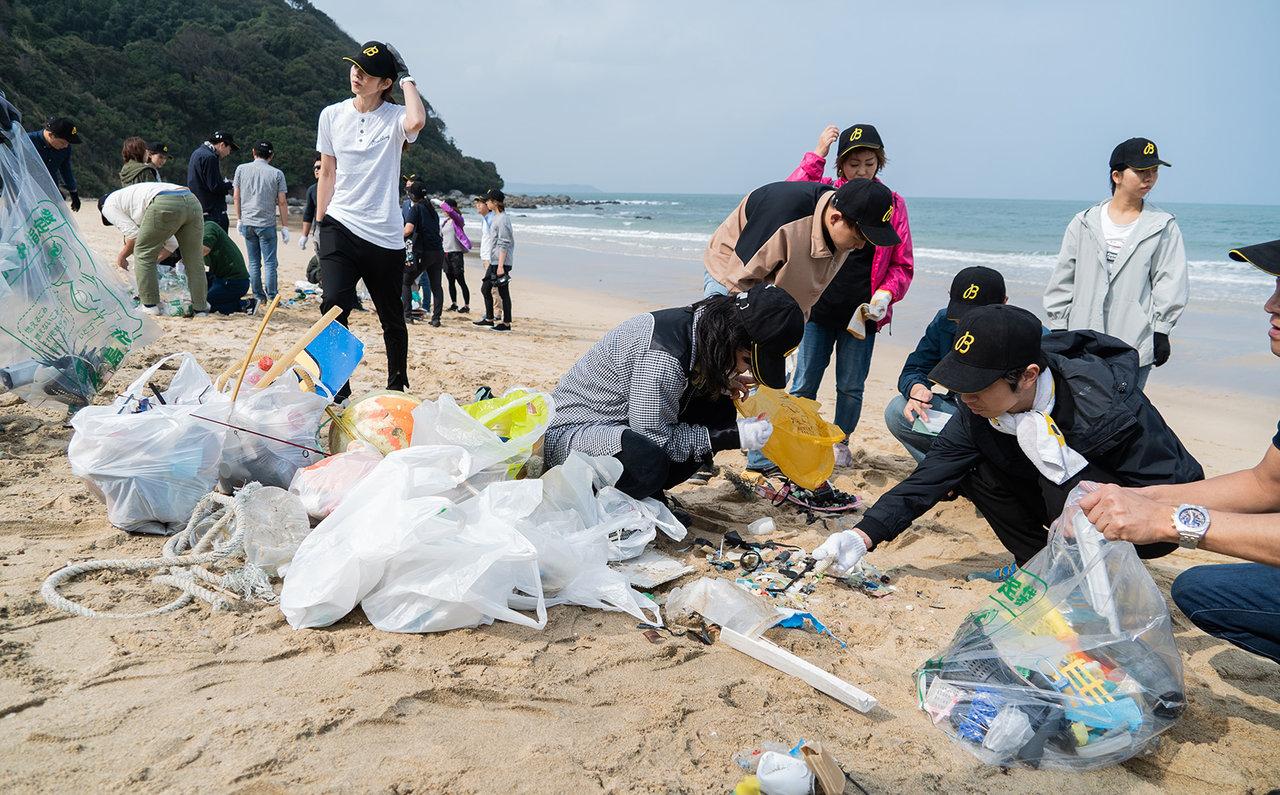 九州でも珍しい鳴き砂海岸の福岡県糸島市の「姉子の浜」。ICCでは、拾ったゴミを拾った人自身で45の項目に分類するのが特徴だ。その後、世界各地の情報とともにデータ化される。
