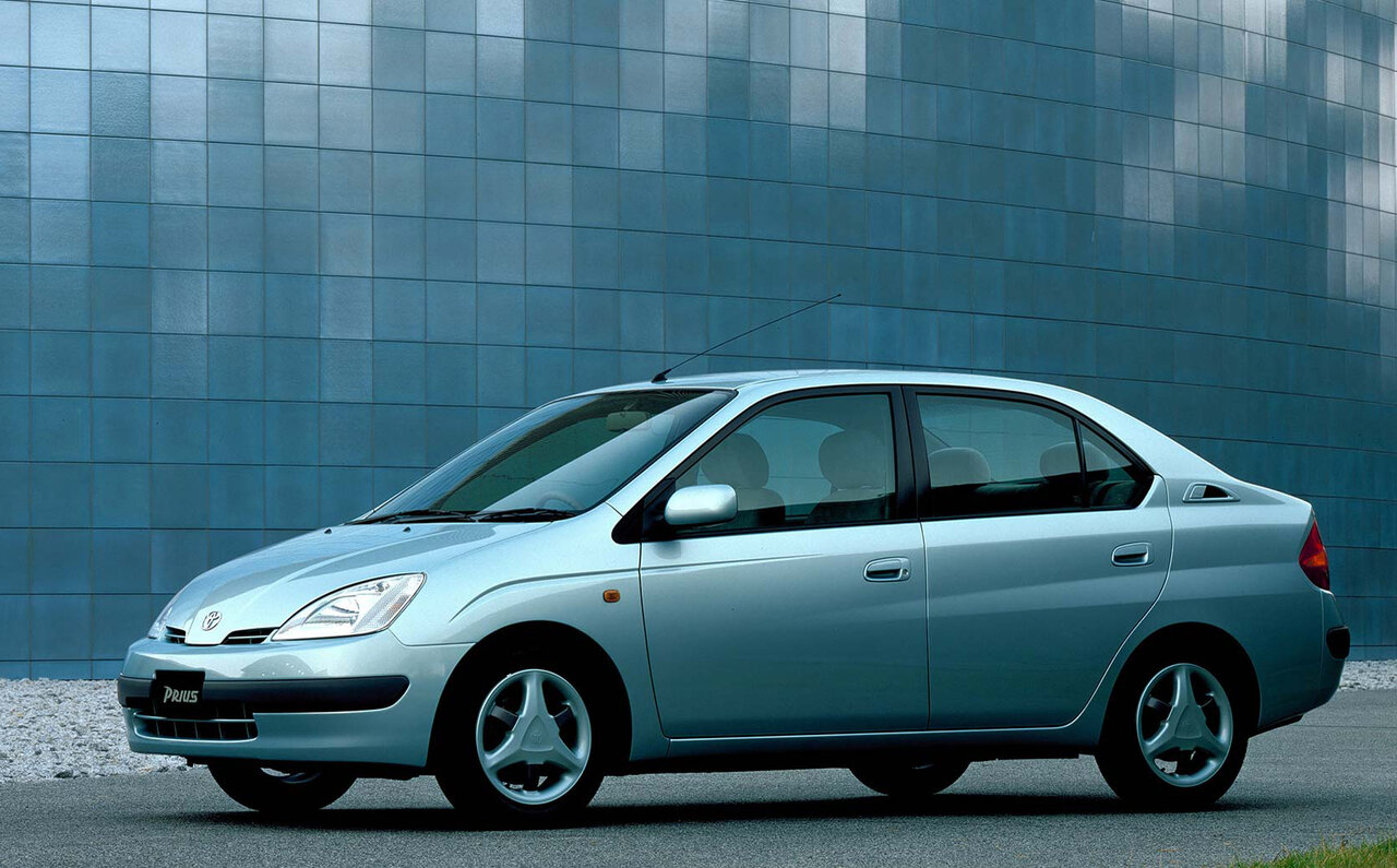 トヨタが1997年に導入した世界初のハイブリッド車、初代「プリウス」