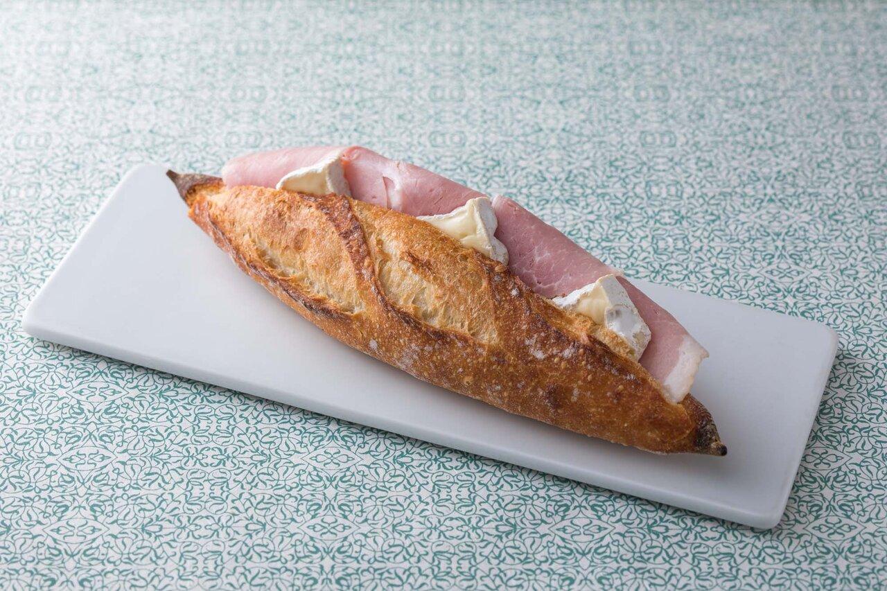 ハムとカマンベールチーズのサンドイッチ